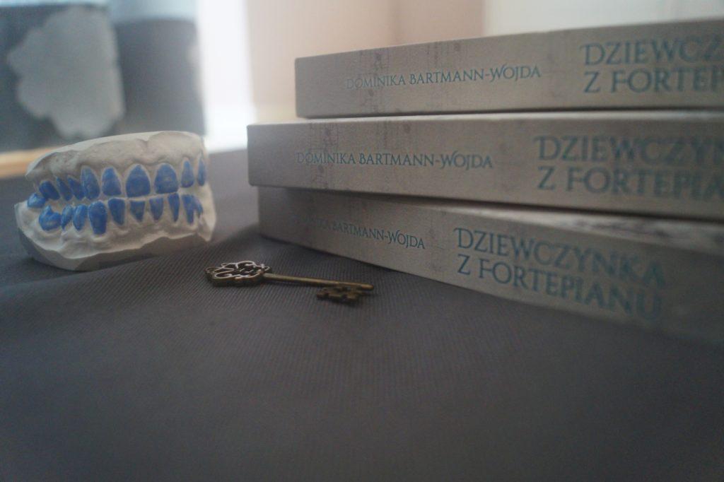 Dziewczynka, sztuczne zęby i złoty klucz