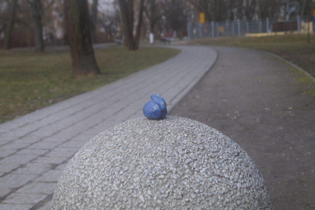 zajączek na kamiennej kuli